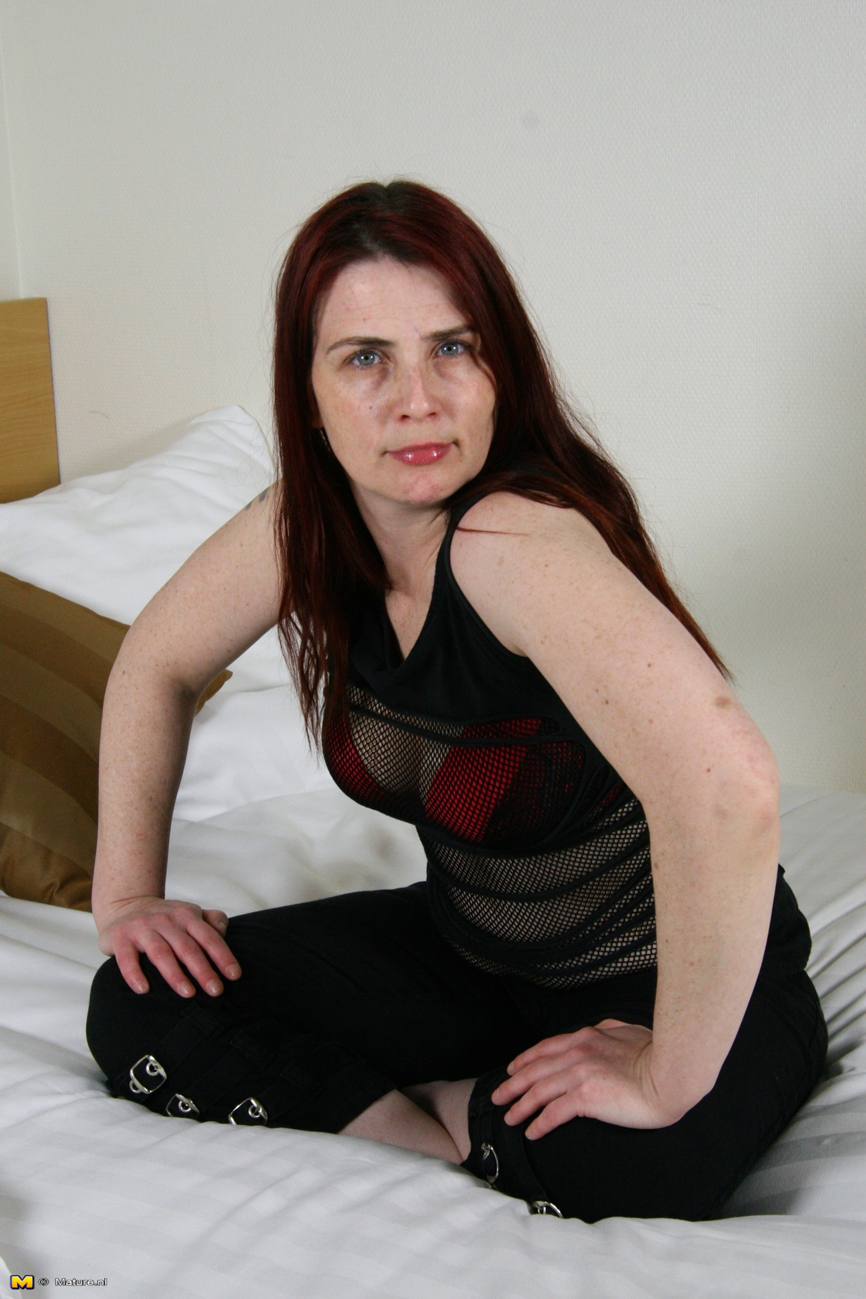 Dutch housewife playing in bed - 16 pics - Porn Mature Pics